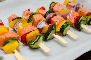 Lososove spizy se zeleninou na grill
